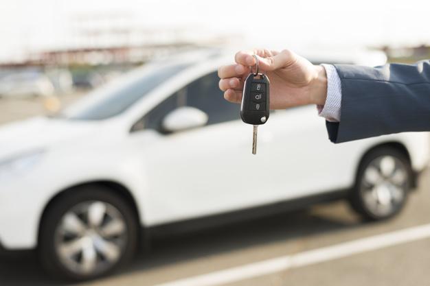 Cinco cosas que debes corregir al conducir un vehículo manual.